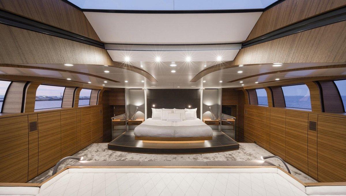 Silver Fast có 4 cabin dành cho khách, một bãi tắm nắng và rạp chiếu phim ngoài trời, tất nhiên là có cả bồn sục Jacuzzi. Silver Fast có thể phục vụ tối đa 18 người.