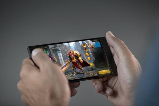 Với viên pin 4.000 mAh và hỗ trợ công nghệ sạc nhanh QuickCharge 4.0+, chơi game trên Razer Phone sẽ sướng hơn rất nhiều