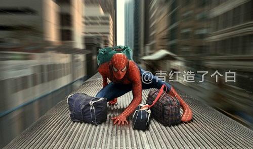 Spider-Man đi lậu vé trên nóc tàu như thế này cho tiết kiệm.