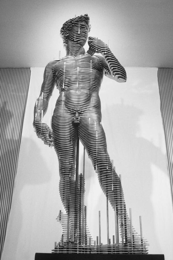 Tượng David, một tác phẩm được phỏng theo nguyên tác của Michelangelo. Được làm từ hàng trăm miếng kim loại dát mỏng, trông bức tượng có một sự đặc rỗng mềm mại và đầy sức truyền cảm.
