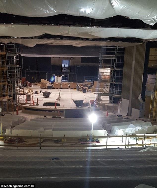 Bức tường ẩn sẽ hạ xuống và che đi nửa sau sân khấu vào ngày ra mắt iPhone 8.