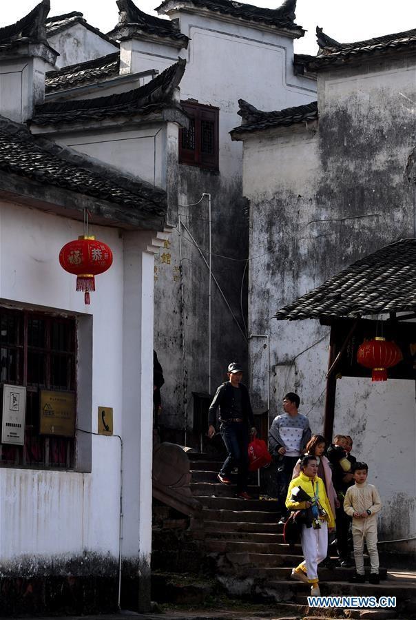 Phố Nguyệt Hoa tại làng Tề Vân Sơn được mệnh danh là con đường trên trời do ngôi làng xây dựng bên một vách núi cao 43m.