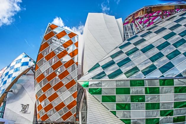 Bức ảnh đầu tiên, đó là đại sảnh bên ngoài của Louis Vuitton Foundation tại Paris. Được thiết kế bởi KTS Frank O Jehry.