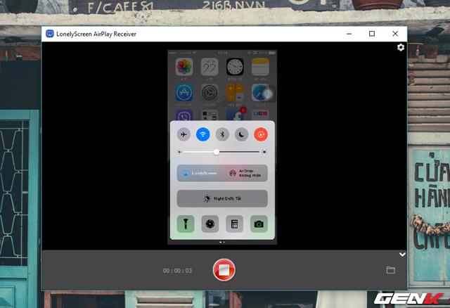 Bên cạnh khả năng truyền dẫn màn hình iPhone lên máy tính, LonelyScreen còn cung cấp cho người dùng lựa chọn quay video lại các thao tác trên màn hình iPhone. Bạn chỉ đơn giản là nhấn vào nút đỏ là quá trình ghi hình sẽ bắt đầu.