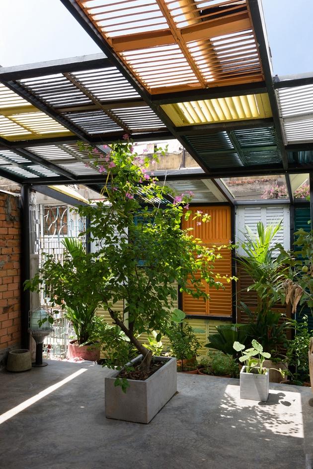 Khoảng sân vườn nhỏ nhắn trên tầng thượng cũng đã đủ để không gian giao lưu văn hóa thêm thú vị.