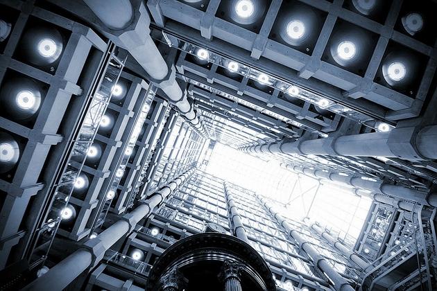 Lloyd's Building ở London được thiết kế bởi KTS Richard Rogers.