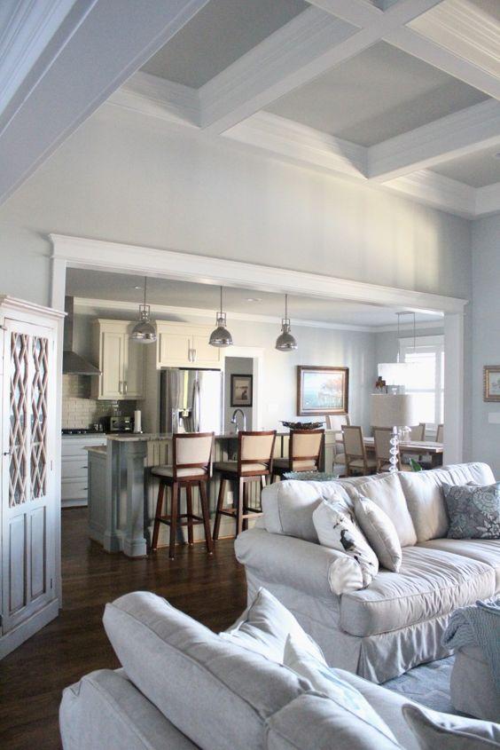 Màu bạc trắng không quá tối, cũng không quá lạnh. Thay vào đó, nó giúp không gian sáng sủa hơn và mát mẻ hơn.