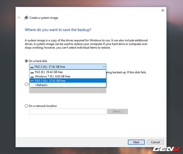 """Chờ vài giây để hệ thống nhận diện các phương thức sao lưu dữ liệu mà System Image có thể lưu trữ. Khi đã xong, bạn có thể chọn phương thức nào phù hợp nhất với mình. Tuy nhiên, tốt nhất vẫn cứ chọn """"On a hard disk"""" cho đơn giản. Sau đó bạn hãy chọn phân vùng mà mình muốn dùng để lưu trữ dữ liệu System Image, chọn xong hãy nhấn """"Next""""."""