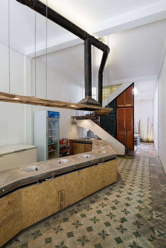 Khu bếp được thiết kế với những đường nét hiện đại, tuy nhiên vật liệu mới cũ đan xen đã giúp sự hiện đại đó cân bằng với những giá trị xung quanh. Bê tông, gỗ ép tóp mỡ, gạch bông... luôn là những vật liệu thật tuyệt vời.