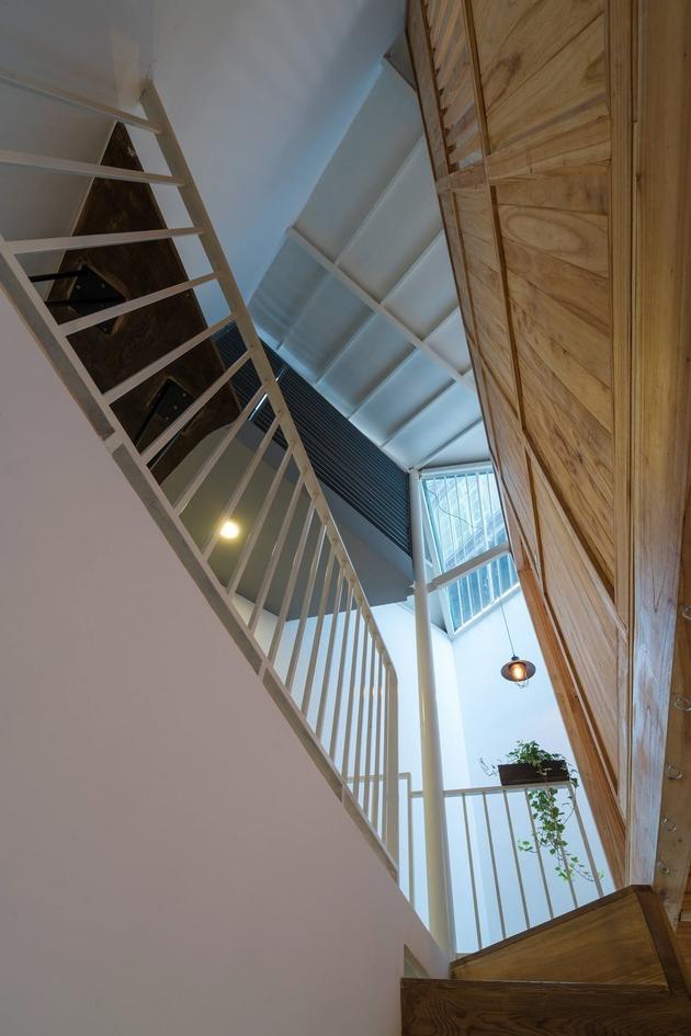 View nhìn từ cầu thang của ngôi nhà. Một thông tầng được bố trí ở cuối nhà, giúp không gian làm việc và cấu thang luôn tràn đầy ánh sáng tự nhiên.