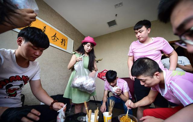 Khi team phải tham dự các giải đấu ở xa nhà, Lý Uy trực tiếp phụ trách việc ăn, ở cho team
