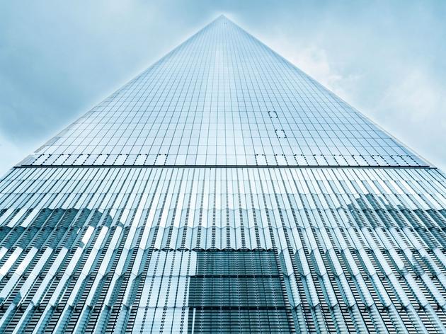 Tòa nhà chọc trời One World Trade Center tại New York, Mỹ. Được thiết kế bởi cặp đôi David Childs và Daniel Libeskind. Được bao phủ bởi bê tông kết dính chống cháy cao, lớp lọc khí tự nhiên đảm bảo không khí trong tòa nhà luôn trong lành, kể cả khi bên ngoài có tấn công hóa học.