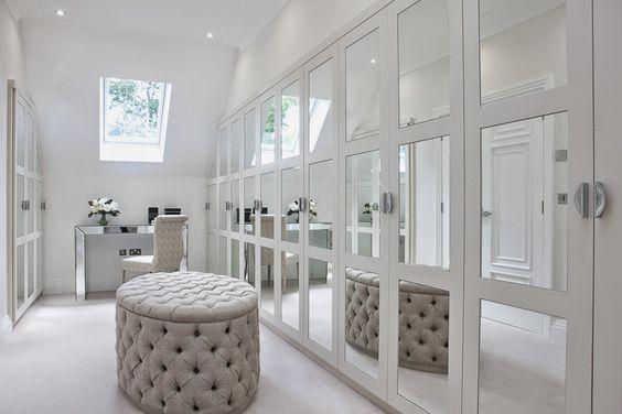 Phòng thay đồ tối giản và tràn đầy ánh sáng với gam màu bạc trắng và trắng kem.