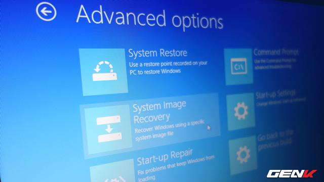 Khởi động máy tính bằng việc ưu tiên truy cập vào đĩa System Repair Disc hoặc System Recovery Drive mà chúng ta đã khởi tạo ở bước 1. Sau đó lần lượt truy cập vào Repair this Computer > Troubleshoot > Advanced Options > System Image Recovery. Nhấp tiếp vào biểu tượng Windows 10 và chọn gói sao lưu System Image mà bạn đã khởi tạo gần đây nhất và nhấn Next, sau đó… ngồi chờ mọi thứ diễn ra một cách tự động.
