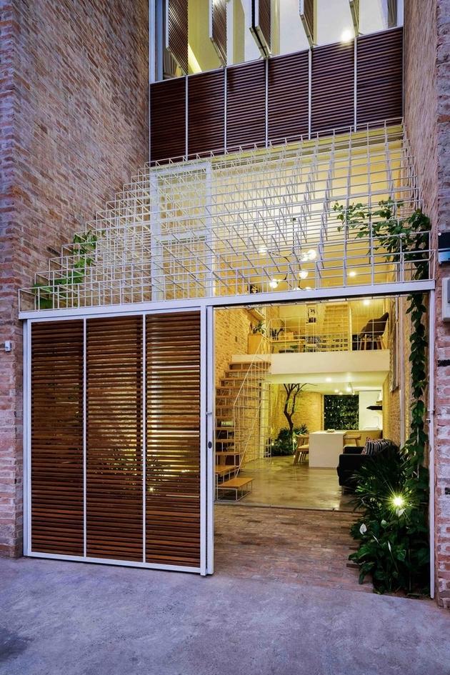 Ngôi nhà được hình thành từ những vật liệu thô mộc như gạch mộc, thép, gỗ và xi măng mài.