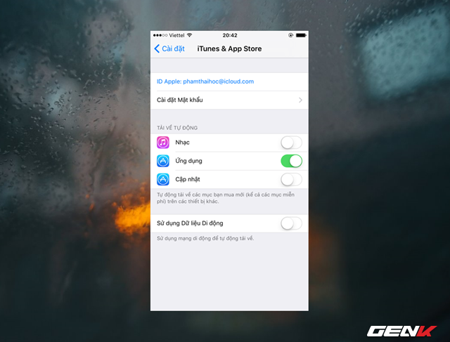 """Tiếp theo, bạn hãy truy cập vào Cài đặt -> iTunes & App Store và gạt sang """"ON"""" ở lựa chọn """"Cập nhật"""" và """"Ứng dụng"""". Nếu bạn muốn tiết kiệm pin, tốt nhất nên gạt tất cả sang """"OFF"""" và cập nhật thủ công từ App Store."""