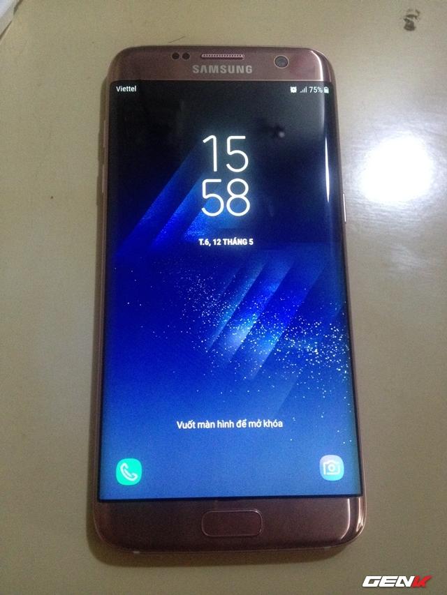 Lúc thiết bị khởi động xong, bạn cần phải tiến hành việc thiết lập lại từ đầu cho thiết bị, việc thiết lập này sẽ cần có kết nối mạng để hệ thống tải về các dữ liệu cần thiết. Và khi đã xong, giao diện của Galaxy S8+ sẽ hiện ra trên màn hình của chiếc S7 của bạn.