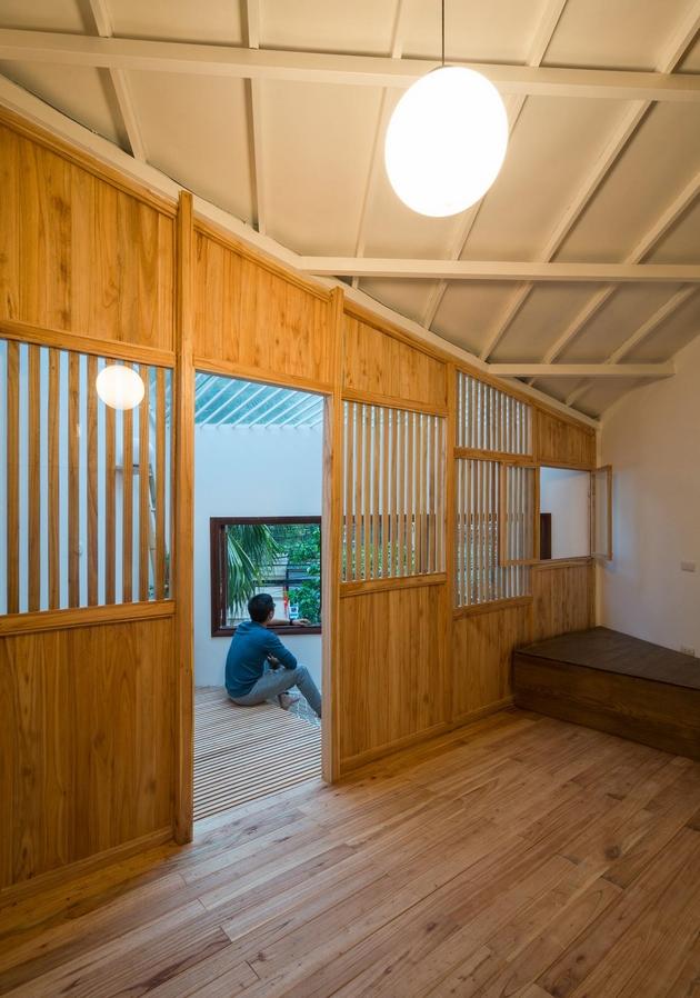 Phòng ngủ nhò nhắn với góc thông tầng riêng biệt. Như một ngôi nhà nhỏ, lồng trong một ngôi nhà lớn.