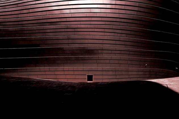 Ordos Museum ở Kangbashi được thiết kế bởi văn phòng MAD architects, một văn phòng kiến trúc trẻ ở Hàn Quốc, nhưng có tầm nhìn và phong cách kiến trúc vô cùng choáng ngợp.