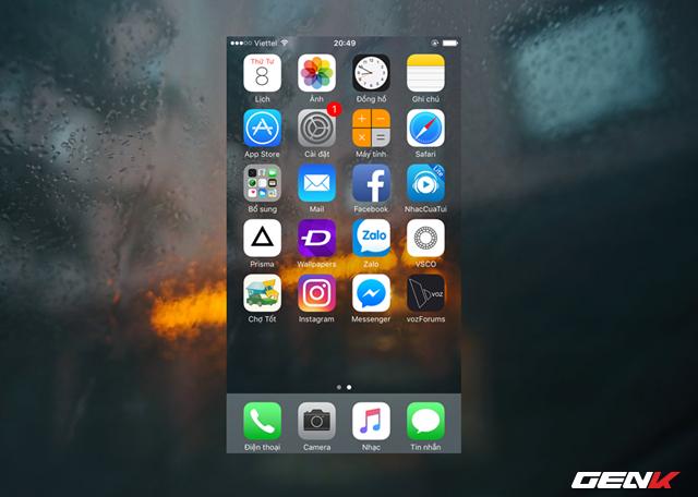 Mặc dụ vậy, bạn có thể giải quyết nó bằng cách nhấn và giữ đồng thời 2 nút phím nguồn và nút Home cùng lúc cho đến khi iPhone tắt màn hình. Tiếp tục giữ như vậy đến lúc logo Apple hiện lên. Như vậy là bạn đã hoàn thành việc khởi động lại thiết bị bằng phím cứng.