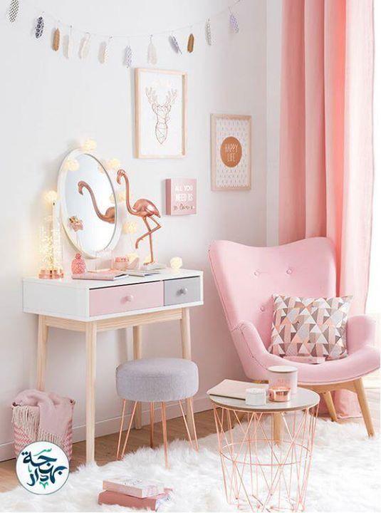 Một căn phòng với gam màu chủ đạo là Hồng Pastel, kết hợp với màu trắng và màu đồng cùng ánh sáng tự nhiên sẽ giúp thị giác của bạn được thoải mái, cảm nhận về tiện nghi nhiệt cũng tốt hơn.