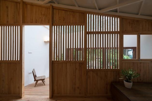 Phòng ngủ với hệ cửa sổ lam gỗ, giúp ánh sáng luôn tràn vào căn phòng. Phần kính được lắp đặt ở bên ngoài, giúp ngăn tác động của nhiệt vào mùa đông.