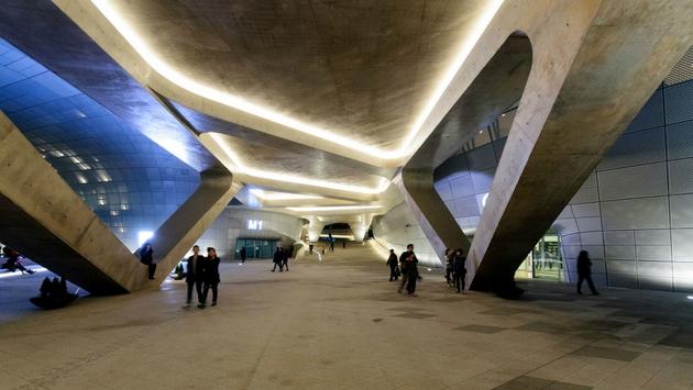 Một góc công trình của phù thủy kiến trúc Zaha Hadid, tuy bà đã mất, nhưng những sáng tạo độc nhất của bà luôn vĩnh cửu, bởi nó đã vượt trước thời gian đến cả trăm năm. Dongdaemun Design Plaza ở Seoul, Hàn Quốc.