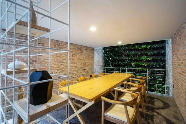 Phòng ăn trên tầng hai. Một hệ cây len tường được thiết kế ở cuối nhà cùng giếng trời. Tạo đối lưu và chiếu sáng cho phòng ăn.