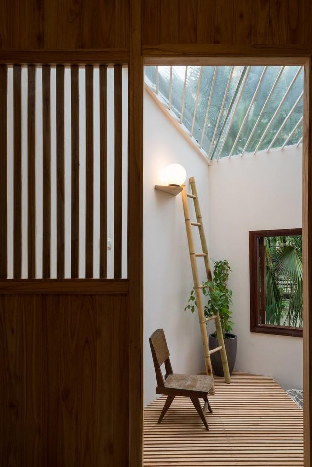 Một khoảng sàn nhỏ được đặt ra ngay dưới thông tầng bằng kính, là nơi ngồi thư giãn của gia chủ. Phần sàn được làm bằng lam gỗ, khiến phía dưới tầng 1 không bị cảm giác bí bách.