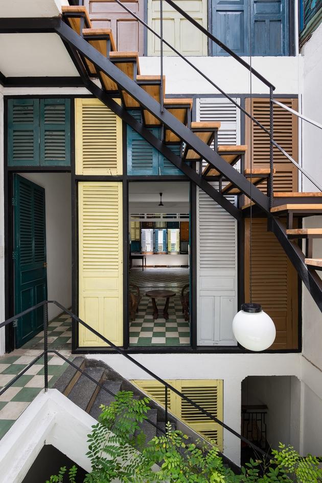 Cầu thang thép không có cổ bậc được sử dụng như một sự bổ sung hợp lý. Không gian được kết nối tốt hơn theo chiều đứng, nhưng vẫn nhẹ nhàng và thanh thoát nhờ vào việc phối hợp chất liệu