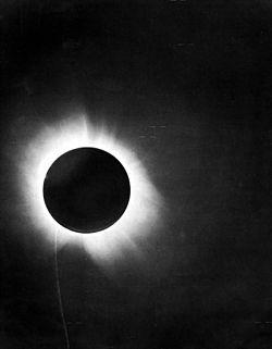Ánh sáng bị bẻ cong khi nhật thực đã góp phần kiểm chứng thuyết tương đối