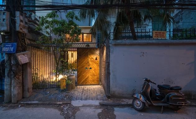 Khung cửa được làm bằng thép hộp, hoa hồng leo, hoa giấy được trồng xung quanh. Chỉ chờ đến ngày bện lấy nhau mà giăng kín cổng.