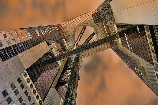 Tòa nhà Umeda Sky ở Osaka. Được thiết kế bởi KTS Hirosi Hara. Công trình được thiết kế và xây dựng với vật liệu thép và kính, cap 173 mét. Là biểu trưng của kiến trúc hiện đại đời đầu ở Nhật Bản.