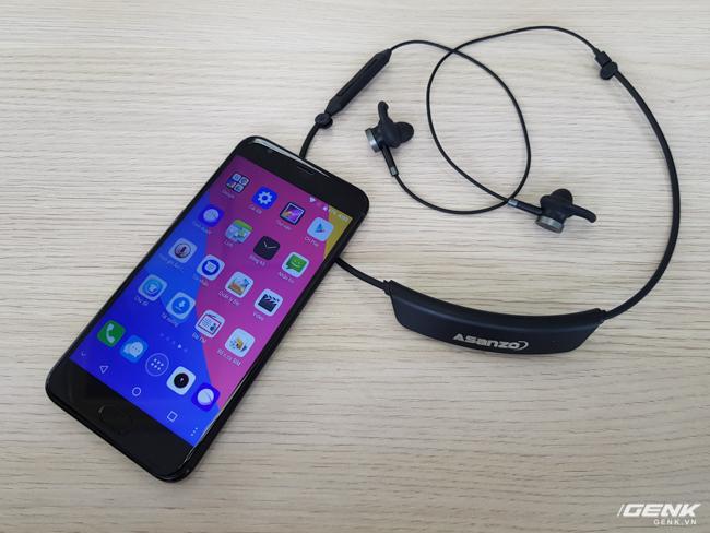 Theo chia sẻ của hãng sản xuất, điện thoại này khi bán ra sẽ được đóng hộp kèm theo tai nghe không dây.