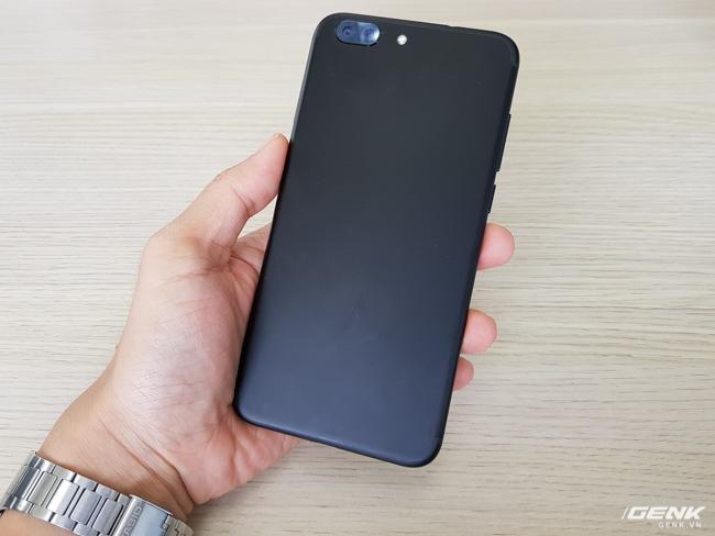 Smartphone này có tên Z5, được trang bị camera kép ở phía sau. Cảm nhận ban đầu là mặt lưng khá giống với iPhone 7 Plus, cũng làm bằng kim loại nguyên khối và màu đen nhám sang trọng.
