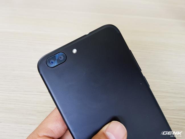 Camera kép độ phân giải 16 MP, kích thước tổng quan có phần nhỏ hơn và ít lồi hơn so với iPhone 7 Plus.