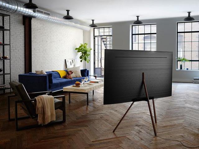 Sự kết hợp hoàn hảo giữa những chiếc bàn ghế thoe hơi hướng mid – century cùng đồ nội thất công nghệ cao TV. Các bạn có thể lựa chọn những đồ nội thất có phần thiết kế tương tác giữa cổ điển và hiện đại như vậy cho một không gian Minimalist của mình.
