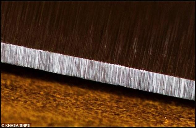 Chiếc dao này được cấu tạo từ hợp kim siêu rắn được phát triển bởi các nhà khoa học tại Viện Công nghệ California (Caltech) và đã được kiểm nghiệm bởi NASA.