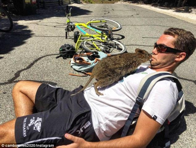 Sau khi đăng tải bức ảnh lên Instagram cá nhân, nhiều người hỏi lý do vì sao chú chuột Quokka lại bám theo Jones? Anh trả lời họ rằng Vì tôi đẹp trai, tôi nghĩ vậy