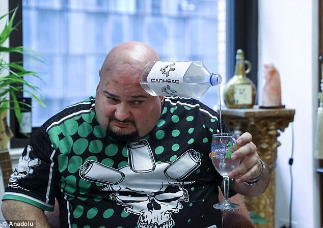 Keeton biểu diễn rót rượu vào ly, nhiều hãng rượu sẽ tài trợ cho anh để làm điều này