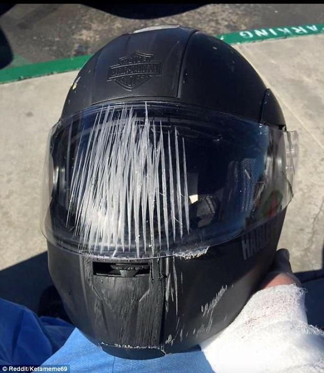 Kính chắn gió cũng là bộ phận cực kỳ quan trọng, trong trường hợp này lớp kính trên chiếc mũ Harley đã hứng chịu toàn bộ sát thương từ chính diện người lái motor