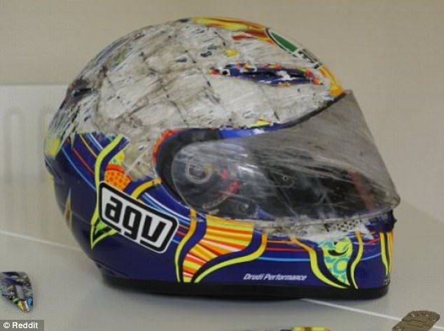 Thử tưởng tượng da thịt của nạn nhân chính là lớp sơn bị bào tróc kia? Một khi đã ngồi lên xe máy, đừng bao giờ quên đội mũ bảo hiểm!