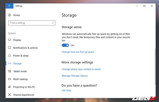 """Cuộn xuống cuối và gạt sang ON ở lựa chọn """"Storage sense"""", sau đó nhấp tiếp vào lựa chọn """"Change how we free up space""""."""