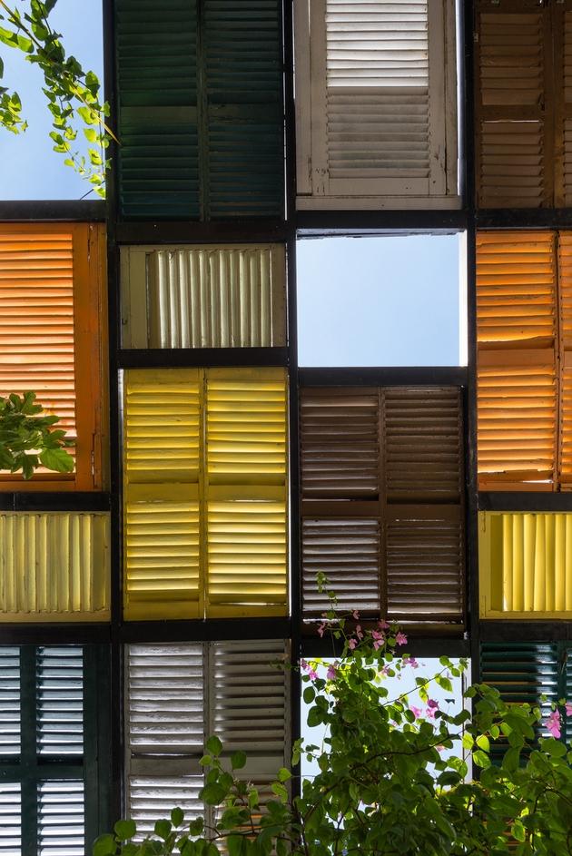 Phần mái được lợp bằng các tấm cửa cũ, một số điểm được mở để nắng, gió và ánh sáng có thể thỏa thích ùa vào ngôi nhà.