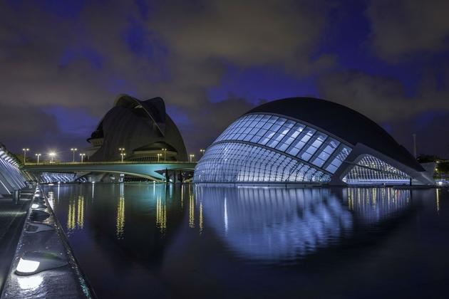 City of Art and Sciences, một công trình mang tính biểu tượng được thiết kế bởi KTS Santiago Calatrava. Với hình tượng như con mắt đang mở hướng lên bầu trời. KTS Calatrava tốt nghiệp thạc sỹ về kết cấu, các công trình của ông là sự hoàn mỹ giữa nghệ thuật và kỹ thuật xây dựng.