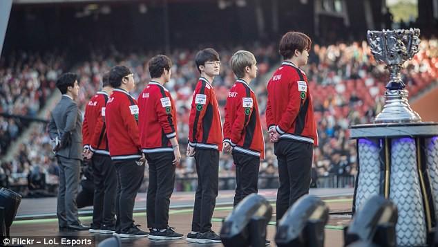 Ngôi sao của đội SK Telecom T1, Lee Sang-hyeok, biệt danh Faker đang chăm chú nhìn vào chiếc cúp vô địch tại buổi lễ trước khi trận chung kết bắt đầu