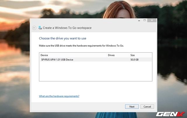 Bước 5: Giao diện Windows To Go xuất hiện. Công cụ sẽ nhận diện USB bạn đang kết nối với máy tính, hãy nhấp vào tên USB đang hiện diện trong danh sách và nhấn Next.