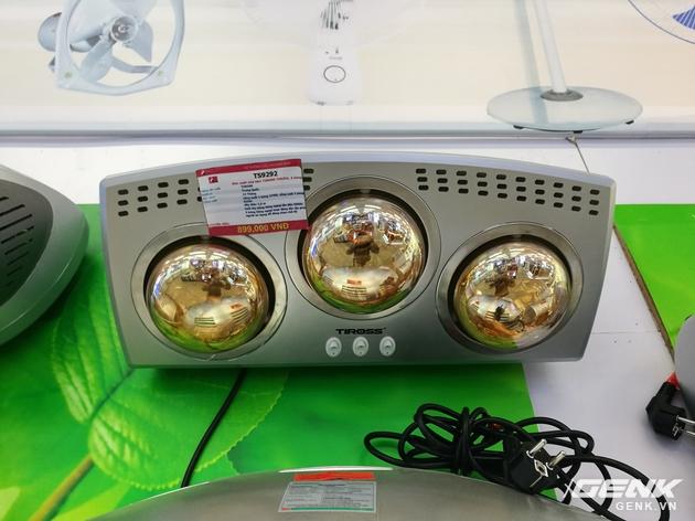 Chiếc đèn sưởi hồng ngoại 3 bóng của hãng Tiross có giá 900.000 đồng