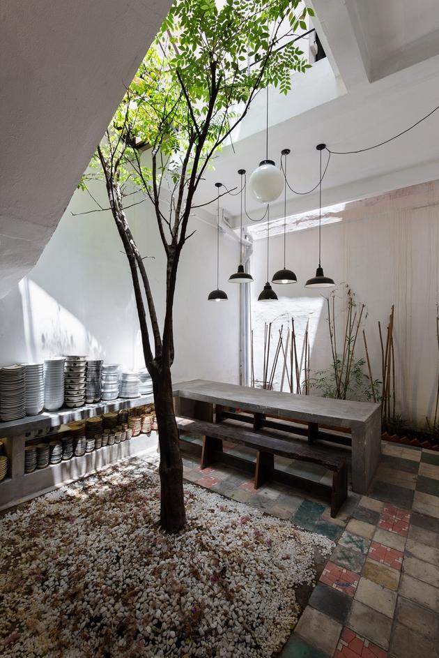 Không gian ngồi ăn nhỏ nhắn và mộc mạc. Phần nền được giữ nguyên của ngôi nhà cũ không những không bị xấu đi, mà nó còn giúp ngôi nhà có được sự tô điểm nhất định.