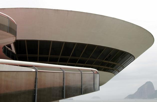 Bảo tàng nghệ thuật đương đại ở Niteroi, được thiết kế bởi KTS Oscar Niemeyer. Tác phẩm được hoàn thiện với kết cấu đặc biệt, đồng thời đánh dấu một giai đoạn tuyệt vời của kiến trúc Mỹ Latinh.